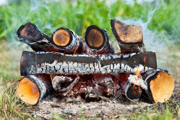 Фотография на тему Теплый огонь, горящий в костре крупным планом