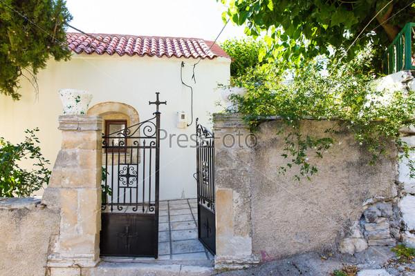 Экстерьер дома в маленькой критской деревне на острове Крит, Греция