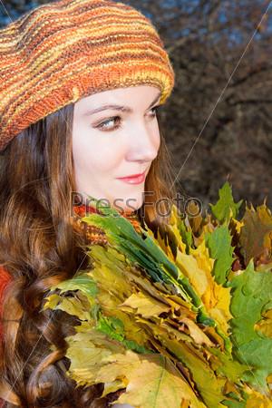 Фотография на тему Красивая осенняя женщина. Портрет девушки с венком из кленовых листьев на голове на природе