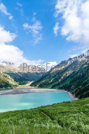 Панорама впечатляющего живописного Большого Алматинского озера и гор Тянь-Шань в Алматы, Казахстан, Азия
