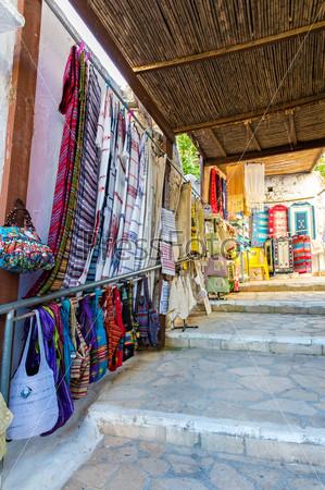 Традиционный текстиль на рынке, красочные ткани, сувениры ручной работы, Греция