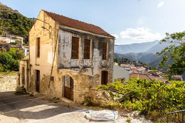 Старый дом в маленькой критской деревне на острове Крит, Греция