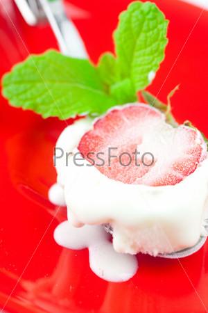 Мороженое с мятой и клубникой в ложке
