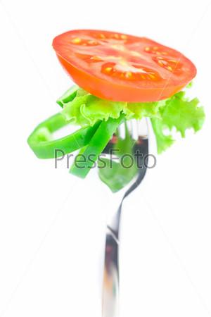 Фотография на тему Помидор, салат, вилка, огурец и перец, изолированные на белом фоне