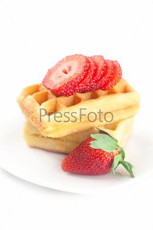 Фотография на тему Бельгийские вафли и клубники на тарелке, изолированные на белом фоне