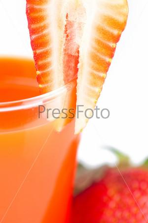 Клубника и стакан клубничного сока, изолированные на белом фоне