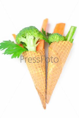 Морковь, сельдерей, брокколи в вафельный рожок, изолированные на белом