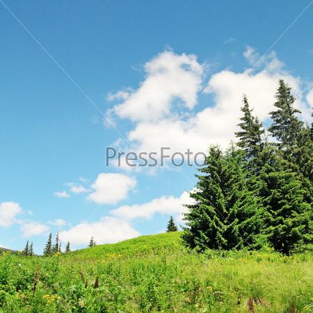 Живописные горные вершины на фоне голубого неба