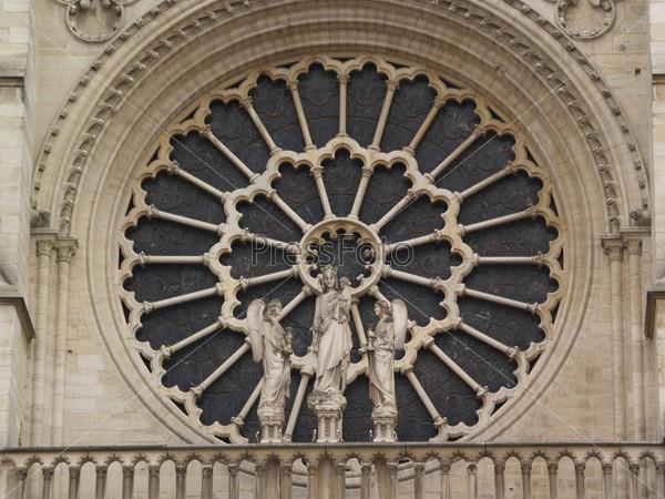 Готические окна в соборе