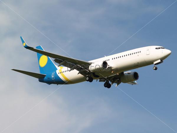 Фотография на тему Самолет белого цвета на фоне голубого неба