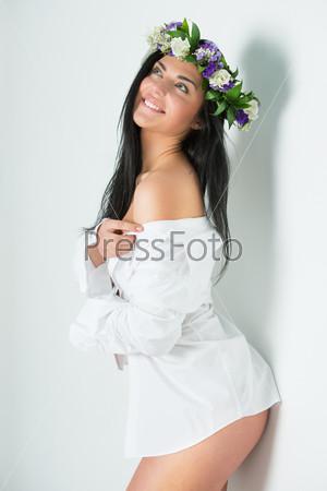 Красивая женщина в венке из цветов