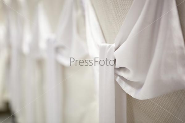 Свадебные украшения - белые атласные баниы на чехлах для стульев