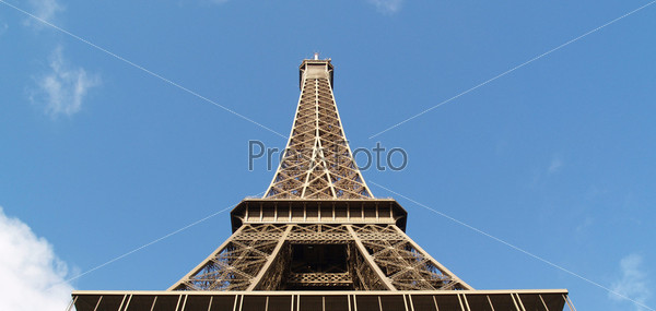 Эйфелева башня на фоне голубого неба