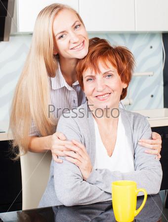 Фотография на тему Женщина с дочерью на кухне