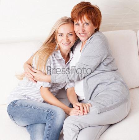 Фотография на тему Мать с дочерью дома