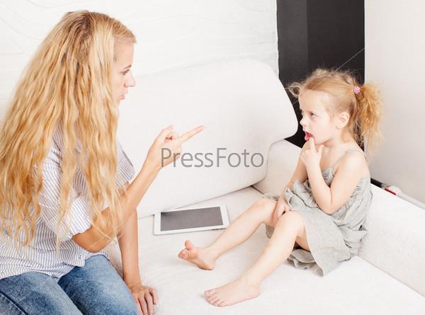Мать ругает ребенка