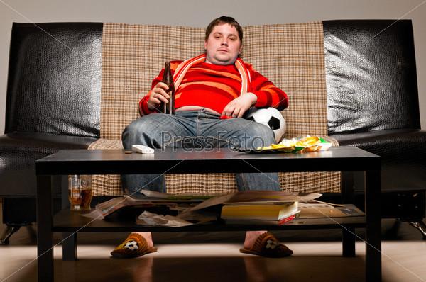 Футбольный фанат на диване