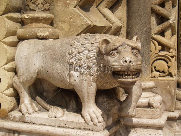 Старое каменное мистическое животное в парке