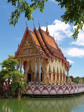 Таиландский религиозных замок на воде на фоне голубого неба