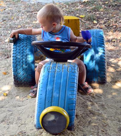 Мальчик играет с игрушкой