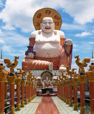Большой белый Будда на фоне голубого неба
