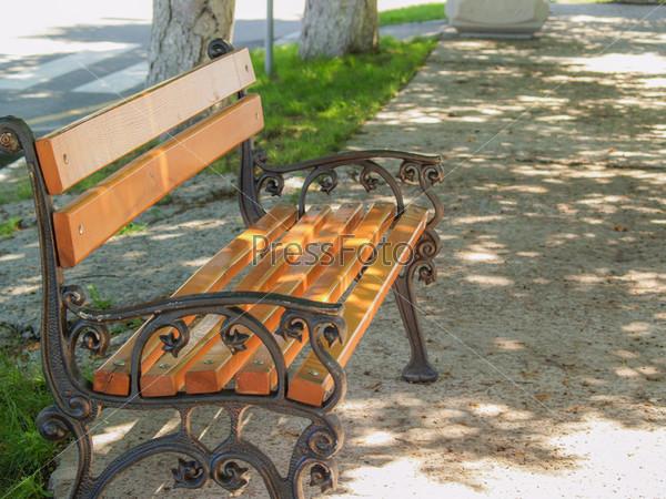 Фотография на тему Скамейка в тени в парке