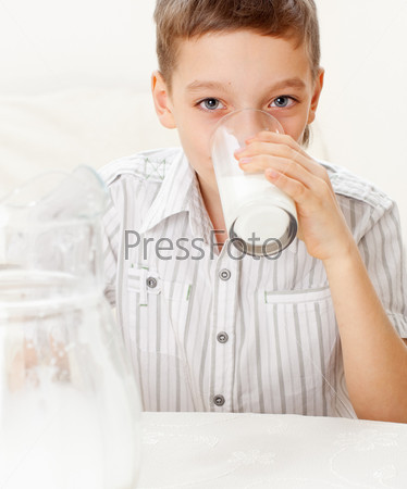 Фотография на тему Ребенок со стаканом молока