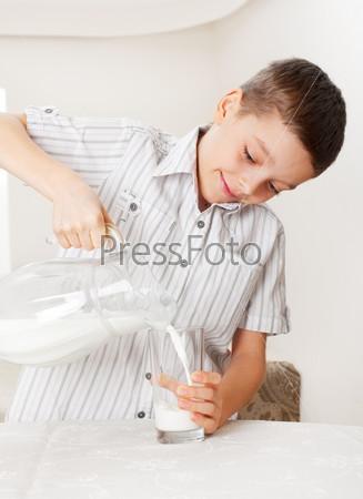 Ребенок со стаканом молока