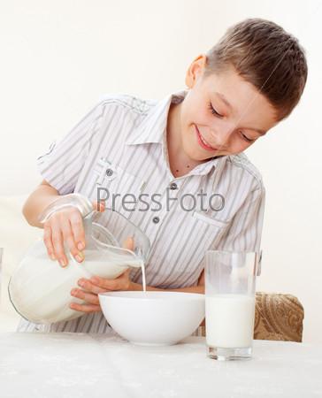 Мальчик ест завтрак