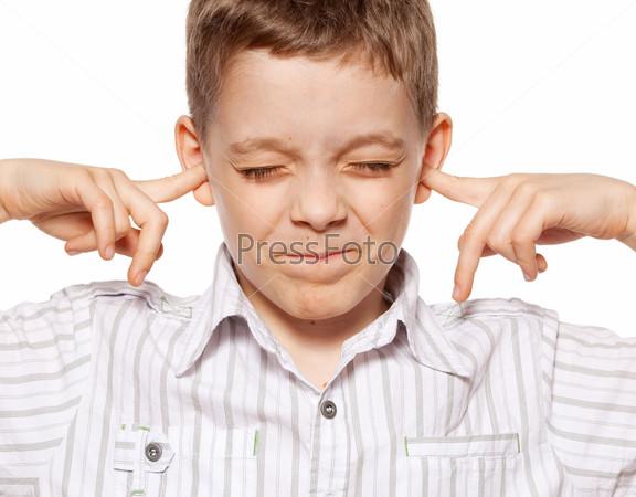 Фотография на тему Мальчик закрывает уши