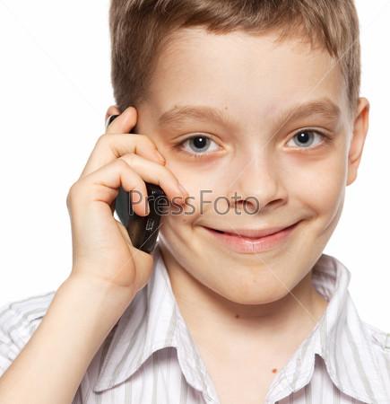 Мальчик разговаривает по телефону