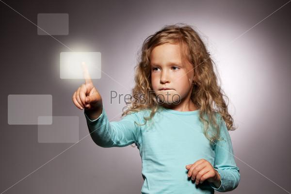 Фотография на тему Ребенок нажимает на экран дисплея