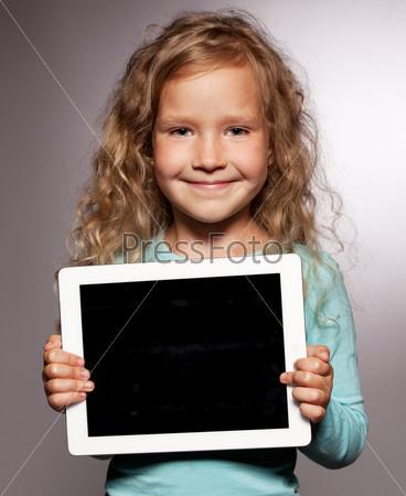 Счастливая девочка с планшетным компьютером