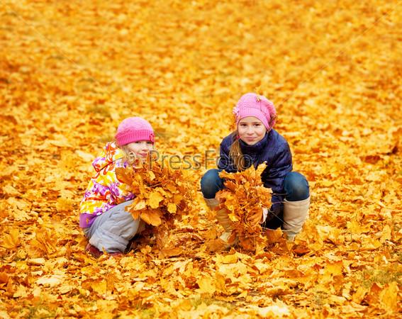 Дети в осеннем парке