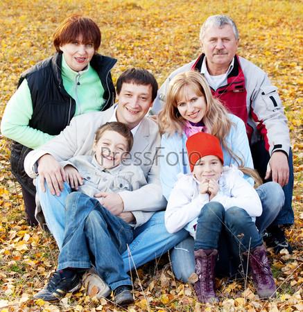 Большая семья в осеннем парке