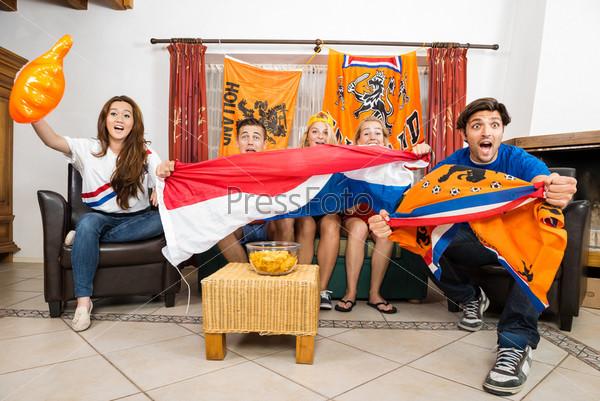 Фотография на тему Футбольные болельщики во время просмотра матча