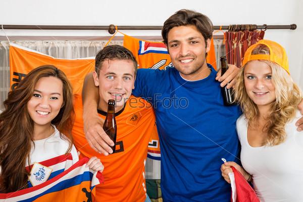 Счастливые футбольные фанаты