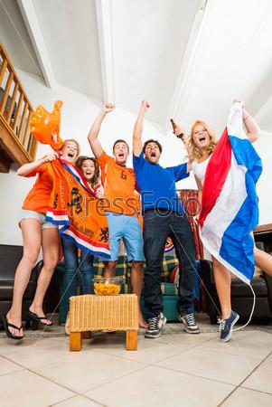 Фотография на тему Радостные голландские болельщики