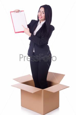 Женщина с планшетом стоит в коробке