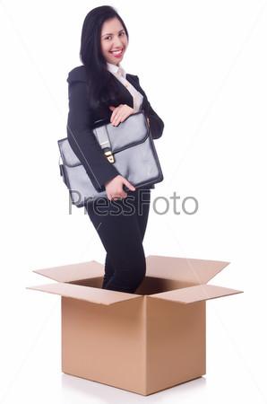 Женщина в коробке с портфелем