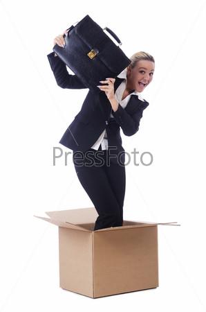Женщина в коробке на белом фоне