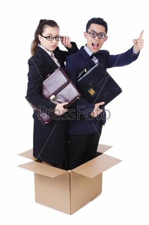 Пара молодых бизнесменов в коробке