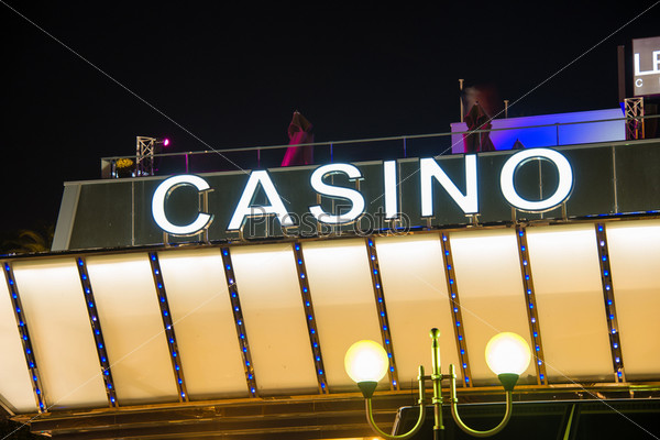 Вход в казино в вечернее время