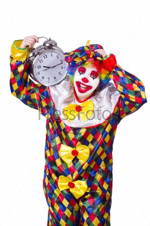 Клоун с будильником, изолированный на белом фоне