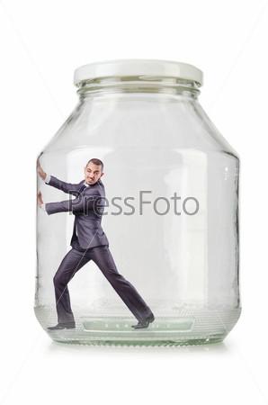 Молодой бизнесмен в стеклянной банке