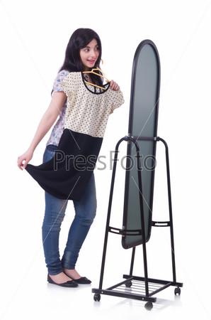 Женщина меряет новую одежду на белом фоне