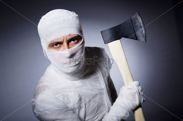 Мумия с топором в концепции Хэллоуина