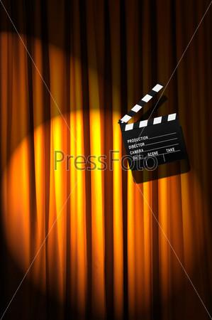 Кинохлопушка на фоне занавеса