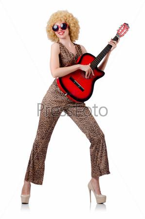Фотография на тему Певица с афро и гитарой на белом фоне