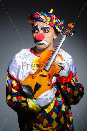 Печальный клоун со скрипкой